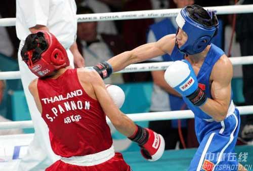 图文:邹市明获男子拳击48公斤级金牌 长拳出击