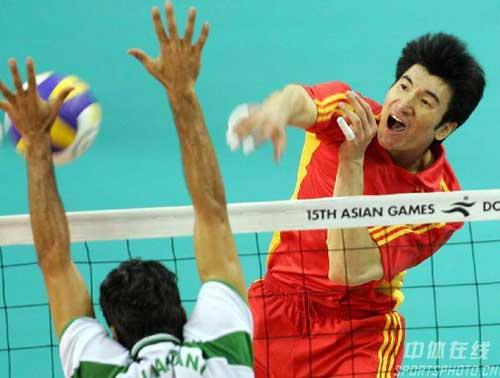 图文:男排半决赛中国3-2胜沙特 隋盛胜扣球