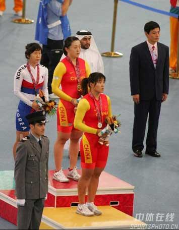 图文:自行车女子个人追逐赛冠亚军 颁奖仪式