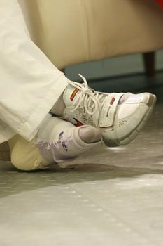 图文:体操小将做客华奥-搜狐 受伤的脚