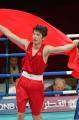 图文:亚运会男子拳击60公斤级 胡青披国旗慢跑