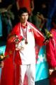图文:亚运会男子拳击60公斤级 胡青身披国旗