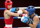 图文:亚运会男子拳击60公斤级 胡青与对手对攻