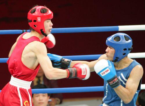 图文:亚运会男子拳击60公斤级 胡青与对手相持