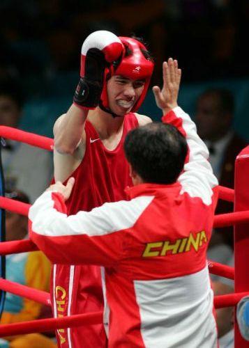 图文:亚运会男子拳击60公斤级 胡青与教练庆祝