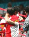 图文:亚运会男子拳击60公斤级 胡青与教练拥抱