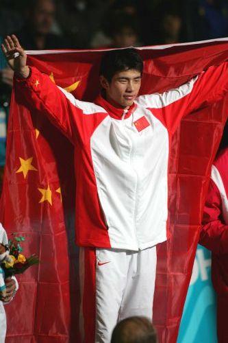 图文:亚运会男子拳击60公斤级 胡青在奖台上