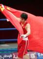 图文:亚运会男子拳击60公斤级 胡青展示国旗