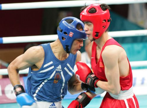 图文:亚运会男子拳击60公斤级 近身肉搏战