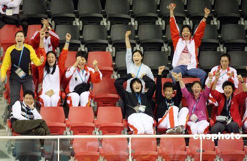 图文:中国男排挺进决赛 女排队员充当啦啦队