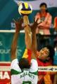 图文:中国男排险胜沙特晋级决赛 高点扣球