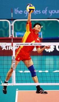 图文:中国男排险胜沙特晋级决赛 大力跳发球