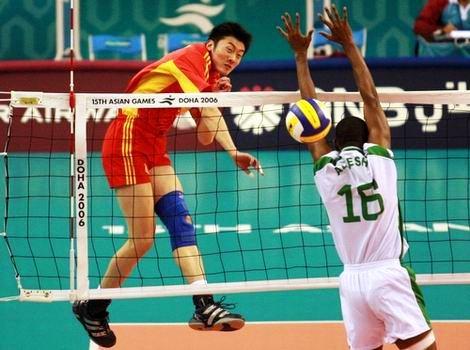 图文:中国男排险胜沙特晋级决赛 网前重扣得分