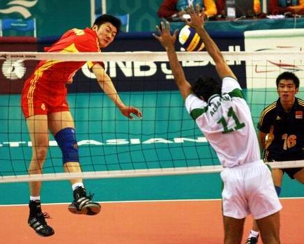 图文:中国男排险胜沙特晋级决赛 网前一对一攻防