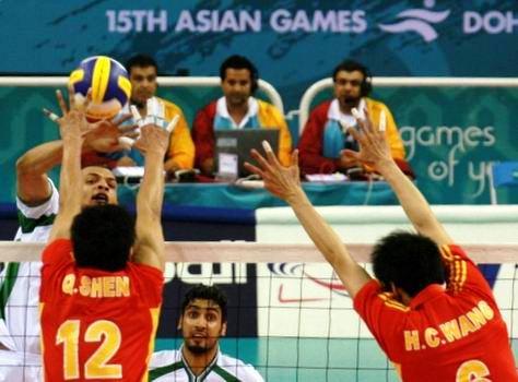 图文:中国男排险胜沙特晋级亚运决赛 双人拦网