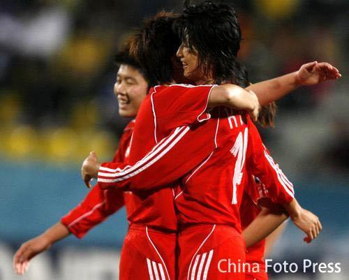 图文:多哈亚运中国女足2-0韩国获铜牌 祝贺进球