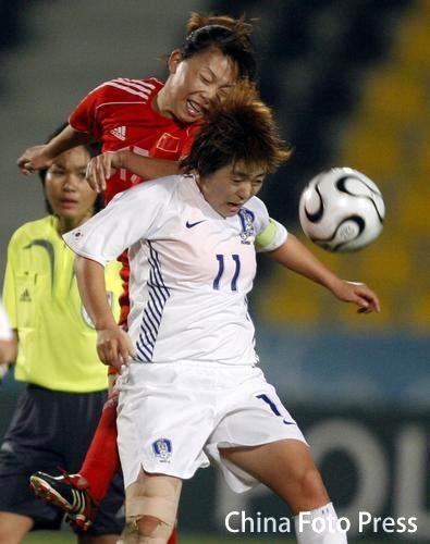 图文:多哈亚运中国女足2-0韩国获铜牌 头球争顶