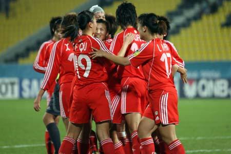 图文:女足胜韩国夺亚运铜牌 中国队庆祝胜利