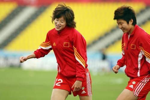 图文:女足胜韩国夺亚运铜牌 张彤(左)赛前训练