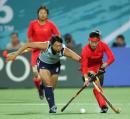 图文:中国女曲卫冕亚运冠军 突破对方防守