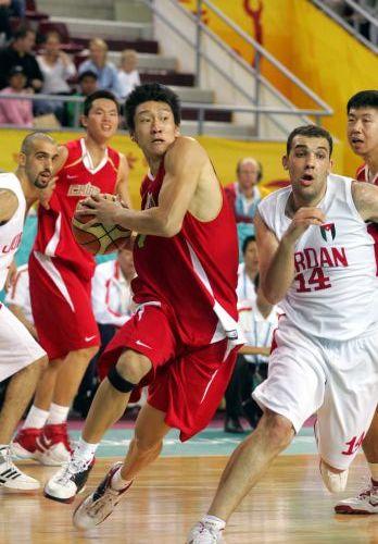 图文:中国男篮85-68胜约旦 孙悦突破上篮