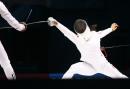 图文:中国获女子重剑团体冠军 刺向中路