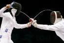 图文:中国获女子重剑团体冠军 双方纠缠在一起