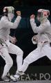 图文:中国夺取男子佩剑团体冠军 赛场上的镜像
