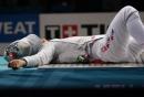 图文:中国夺取男子佩剑团体冠军 躺下睡一会儿