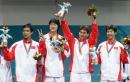 图文:中国夺取男子佩剑团体冠军 向观众致意