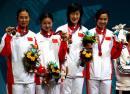 图文:中国获女子重剑团体金牌 在领奖台上