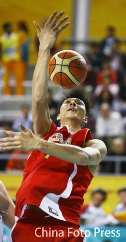 图文:中国男篮胜约旦晋级决赛 易建联花式篮球