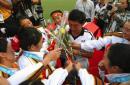 图文:和谐亚运和谐亚洲 鲜花献给韩国教练