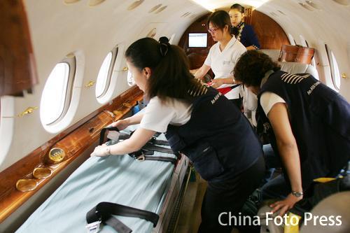 两岸航空史上第一班飞往台湾的急救直航包机(2张)