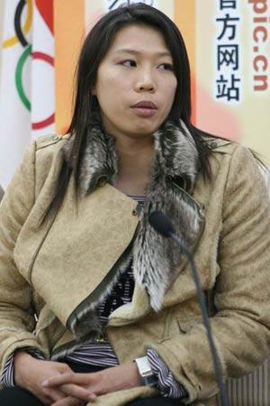 图文:亚运游泳冠军齐晖做客 陷入沉思
