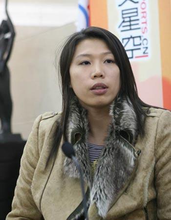图文:亚运游泳冠军齐晖做客 与主持人交流