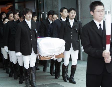 图文:金亨七遗体告别仪式 灵柩被抬进葬礼现场