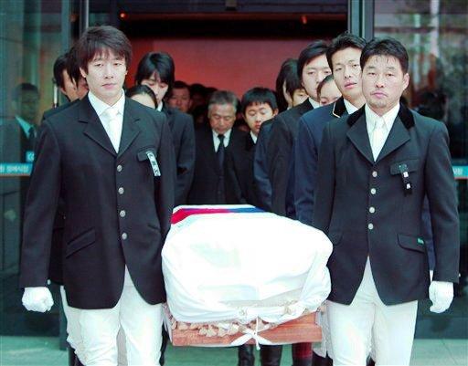 图文:马术丧生队员金亨七葬礼举行 队友扶棺