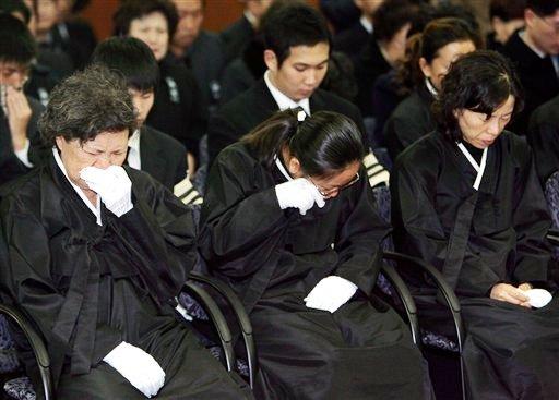 图文:马术丧生队员金亨七葬礼举行 亲人痛哭