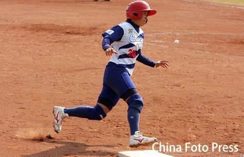 图文:垒球中国不敌中国台北获铜牌 比赛中跑垒