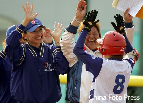 图文:垒球中国不敌中国台北获铜牌 台北队庆祝