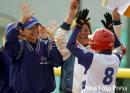 图文:垒球中国不敌中国台北获铜牌 胜利后庆祝