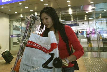 杨威杨云机场温馨一刻 体操情侣将爱情进行到底