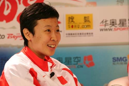 图文:女排队员冯坤和周苏红做客 冯坤微笑