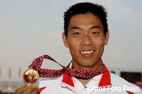 图文:男子皮艇单人500米刘海涛夺冠 金牌在手