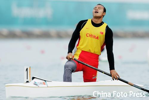 图文:男子划艇单人500米决赛杨文军夺冠 仰天长啸