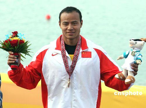 图文:杨文军获五百米单人划艇金牌 领奖台上
