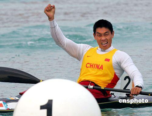 图文:刘海涛获500米单人皮艇金牌 冲过终点