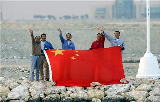 图文:亚运男子皮划艇决赛 岸上观众举国旗助威
