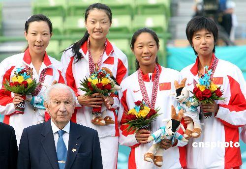 图文:中国夺得女网双打金铜牌 萨马兰奇颁奖